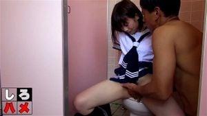 【無】制服美女がトイレでノリノリで犯される